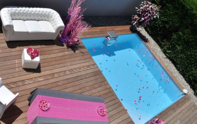 """Piscine carrée """"Bo"""" par Piscinelle avec terrasse en bois aménagée © Piscinelle"""