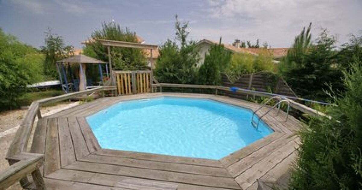 Tous les types de piscines en bois for Piscine semi enterree bois hexagonale