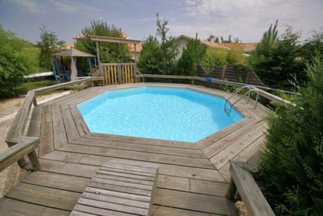 """La piscine en bois sera très esthétique dans un jardin.<span class=""""normal italic petit"""">© Fotolia</span>"""