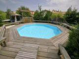 Une piscine en bois enterrée