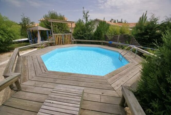 La piscine en bois enterrée s'intègre parfaitement à l'environnement.