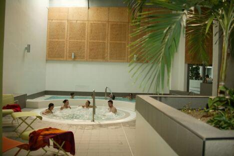 """Le jacuzzi de la piscine Carré d'eau à Bourg en Bresse<span class=""""normal italic petit"""">© Studio Herwey</span>"""