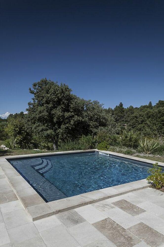 magiline quelques unes de leurs r alisations piscine carr e photo 3. Black Bedroom Furniture Sets. Home Design Ideas