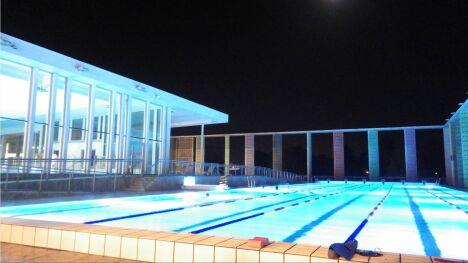 """Piscine Caséo à Louviers : le bassin de 50m de nuit<span class=""""normal italic"""">DR</span>"""