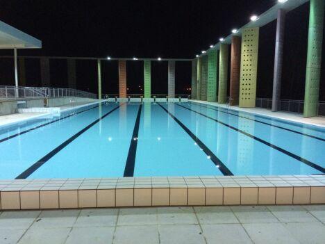 """Photo du bassin extérieur de 50m prise la nuit<span class=""""normal italic"""">DR</span>"""