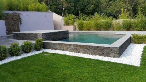 """piscine avec jardin aménagé dans chambre d'hôtes sud terrasse <span class=""""normal italic petit"""">© groupe by hdp</span>"""