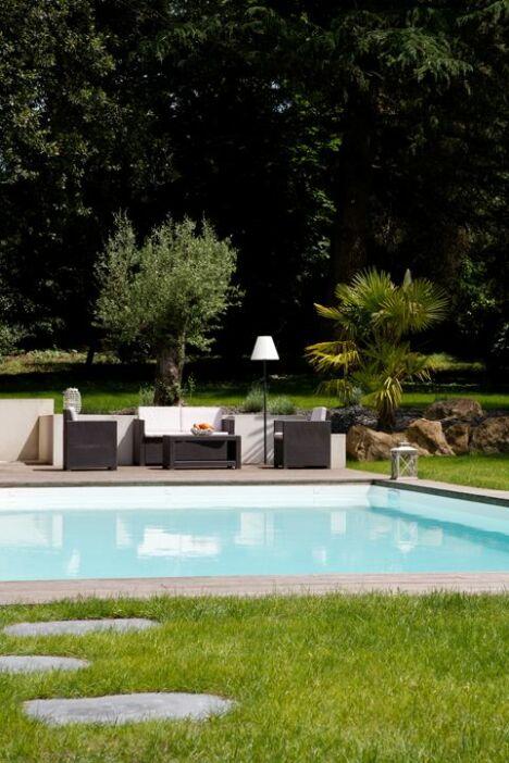 piscine classique vist avec escalier d angle et banquette. Black Bedroom Furniture Sets. Home Design Ideas