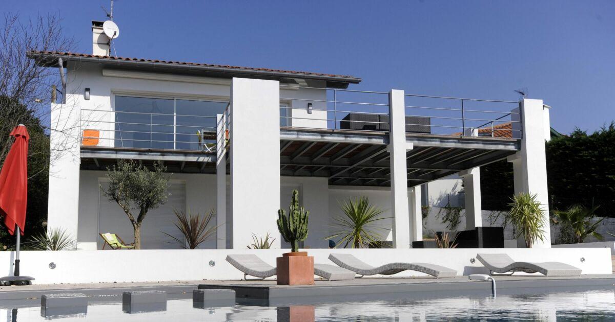 piscine contemporaine double bassin carr bleu. Black Bedroom Furniture Sets. Home Design Ideas