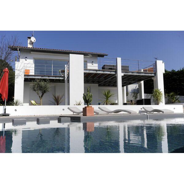 piscine creusee contemporaine tourcoing maison design. Black Bedroom Furniture Sets. Home Design Ideas
