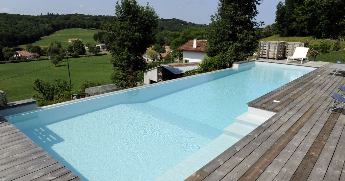 Piscines d bordement avec vue d gag e sur mer ou for Technique de construction piscine a debordement