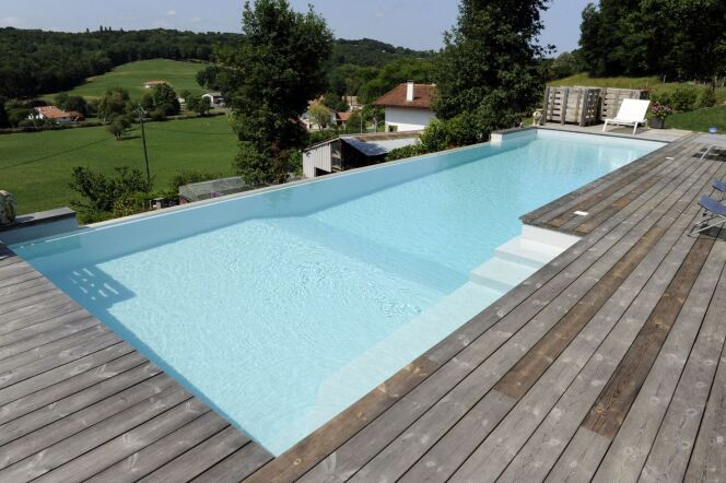 Piscines d bordement avec vue d gag e sur mer ou for Piscine contemporaine