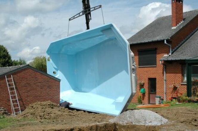 """Une piscine coque acrylique aura une durabilité optimale.<span class=""""normal italic petit"""">© Melisback - Fotolia.com</span>"""
