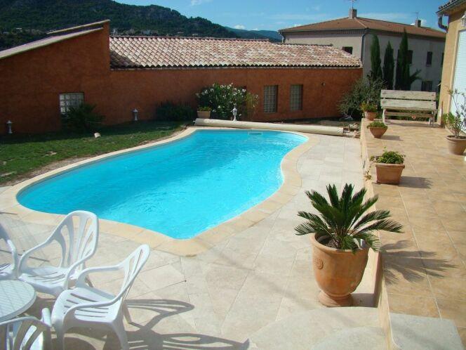 Piscine coque modèle Moorea 1, par Piscines Ibiza