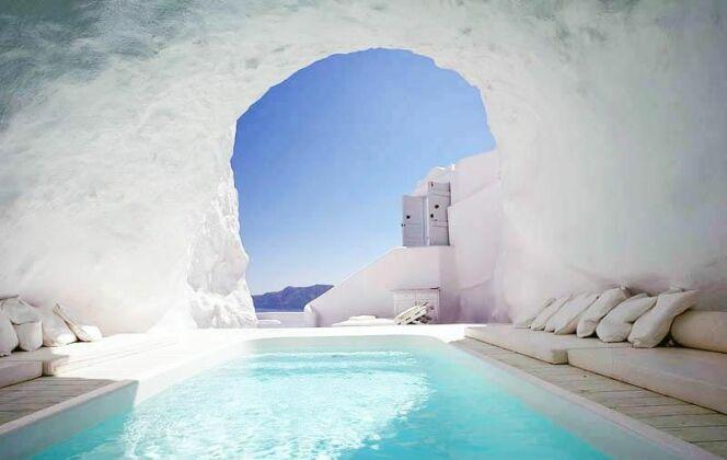 Piscine dans une grotte à the Katikies Hotel, en Grèce © The Katikies hotel