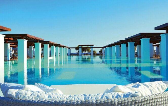 Piscine de l'hôtel Amirandes en Grèce © Grecotel