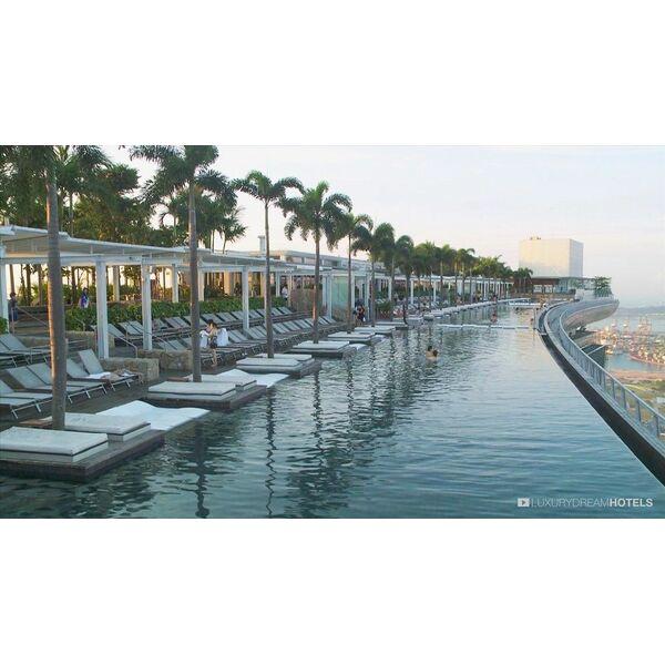 10 plus belles piscines d bordement du monde for Hotel singapour piscine