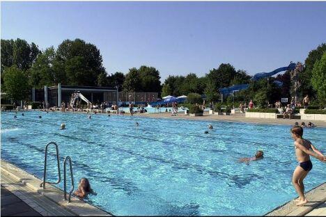 Bassin de 50 mètres, à la piscine de loisirs à Teningen