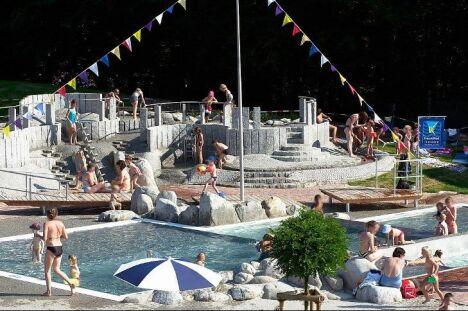 """La pataugeoire de la piscine à Teningen<span class=""""normal italic petit"""">DR</span>"""