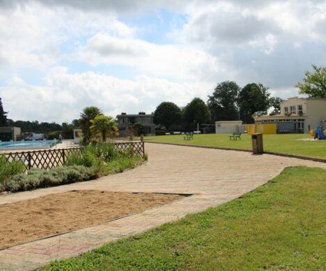 """La plage de la piscine découverte à Pontivy. <span class=""""normal italic petit"""">DR</span>"""