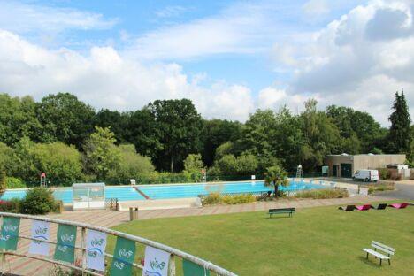 """La piscine découverte à Pontivy <span class=""""normal italic petit"""">DR</span>"""