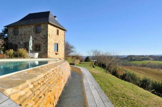 """Une piscine déversoir apportera une touche impressionnante à votre jardin et augmentera la valeur de votre maison.<span class=""""normal italic petit"""">© L'Esprit piscine</span>"""