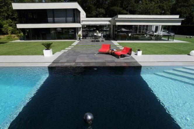 Photos de piscines avec rev tement liner noir sombre piscine miroir min ral photo 3 - Piscine eau noire besancon ...
