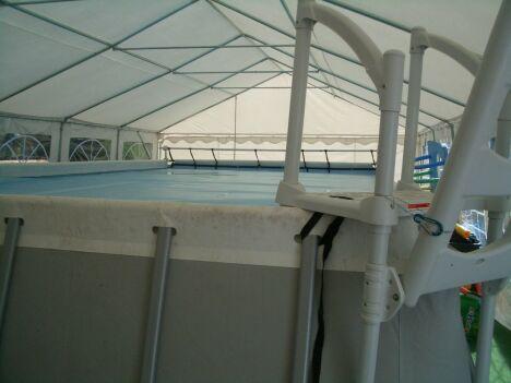 """La piscine du maître nageur Laboureyas à Arc et Senans est équipée d'une échelle d'accès sécurisé.<span class=""""normal italic petit"""">DR</span>"""
