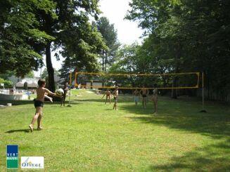 A Olivet, la piscine d'été propose un terrain de volley