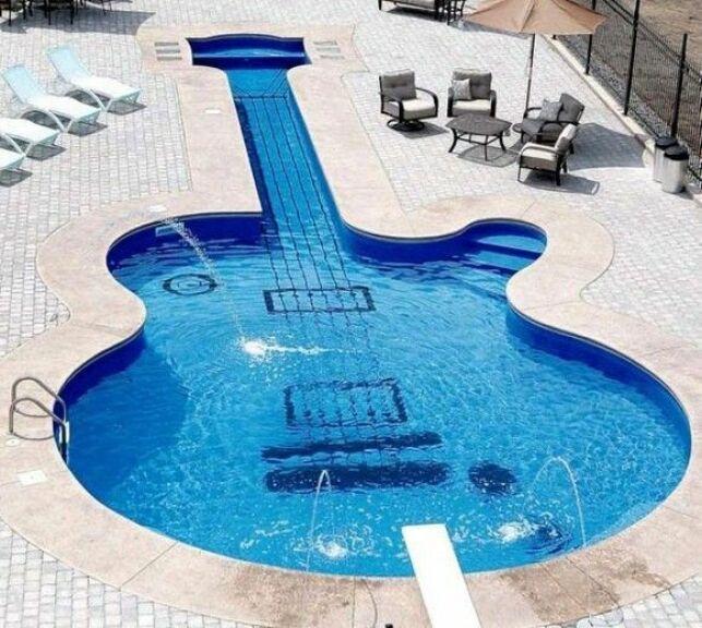 Piscine en forme de guitare