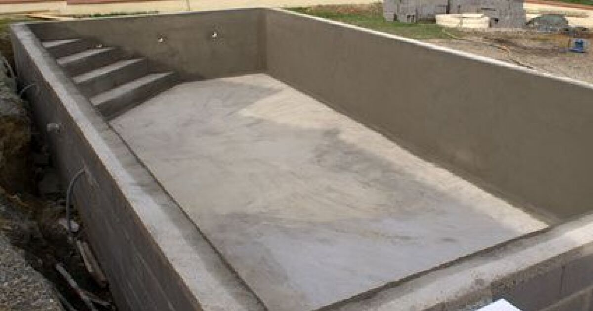 Une piscine en parpaings une piscine traditionnelle en b ton for Prix construction piscine