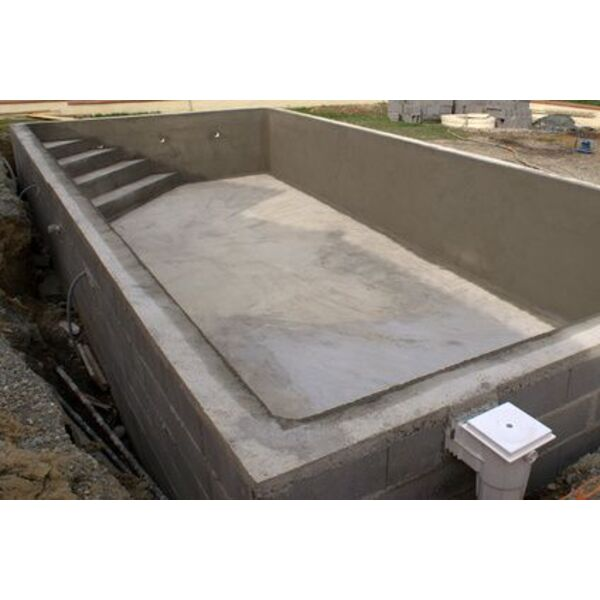 Une piscine en parpaings une piscine traditionnelle en b ton for Piscine kit beton