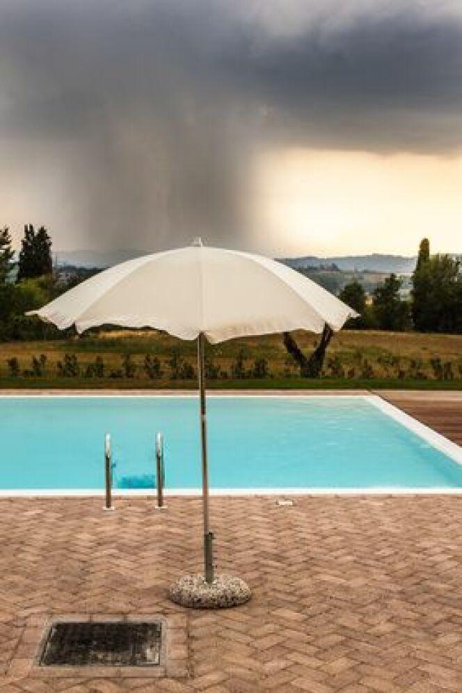 "En cas d'orage mieux vaut éviter d'utiliser sa piscine.<span class=""normal italic petit"">© Dario Lo Presti - Fotolia.com</span>"