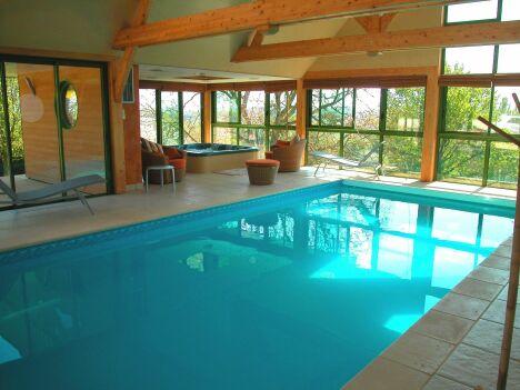 """Piscine et spa installés dans un espace lumineux <span class=""""normal italic petit"""">© L'Esprit piscine</span>"""