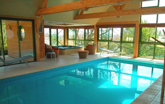 Piscine et spa installés dans un espace lumineux  © L'Esprit piscine
