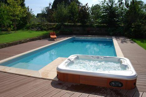 """Piscine extérieure accompagnée de son spa pour de moments de détente et de bien-être<span class=""""normal italic petit"""">© L'Esprit piscine</span>"""