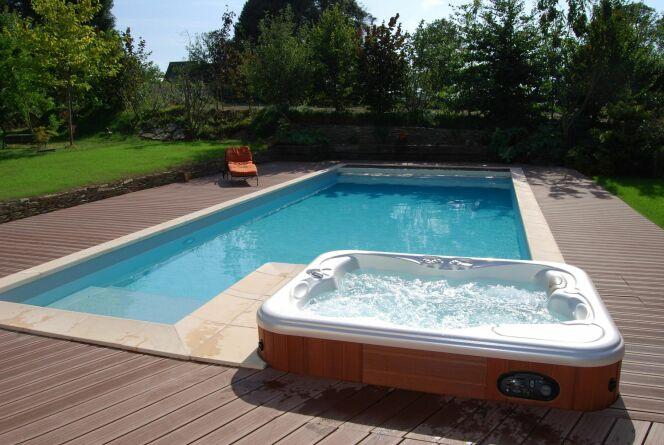 Piscine extérieure accompagnée de son spa pour de moments de détente et de bien-être© L'Esprit piscine
