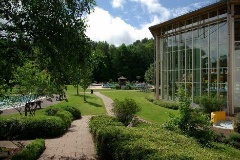 """L'extérieur de la piscine Felsland Badeparadies & Saunawelt à Dahn<span class=""""normal italic petit"""">DR</span>"""