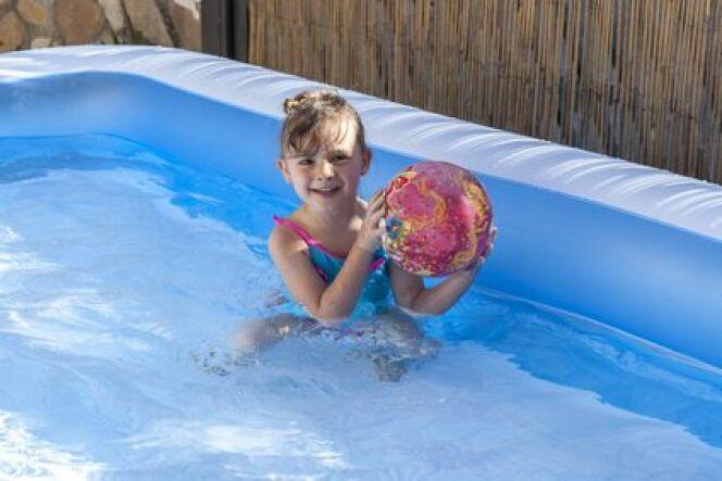 Une piscine gonflable rectangulaire vous offrira plus de place pour vous baigner.