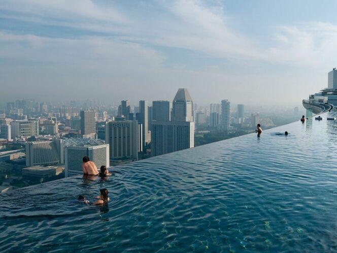 """Piscine infinie de l'hôtel Marina Bay Sands à Singapour.<span class=""""normal italic petit"""">© Chia Ming Chien pour le National Geographic</span>"""
