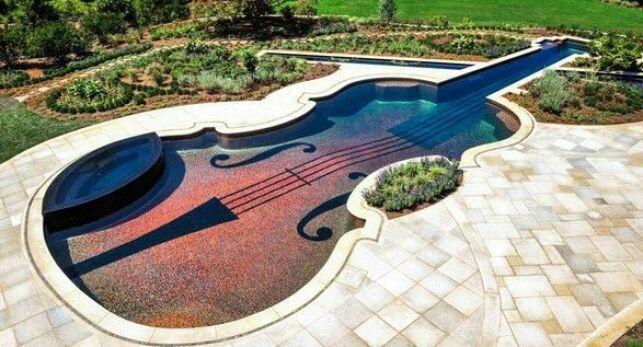 Piscine insolite en forme de violon