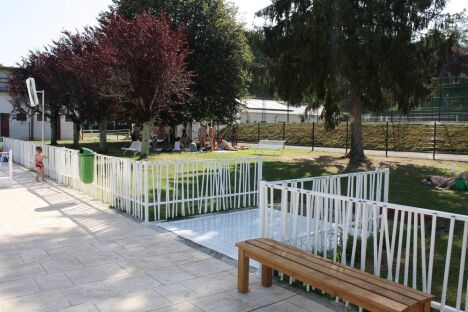 Piscine intercommunale à Mauleon Soule propose de beaux espaces verts, en partie ombragés