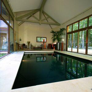 Photos de piscines int rieures avec baie vitr e for Construction piscine interieure