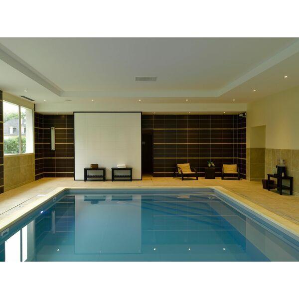 piscine int rieure carr bleu. Black Bedroom Furniture Sets. Home Design Ideas