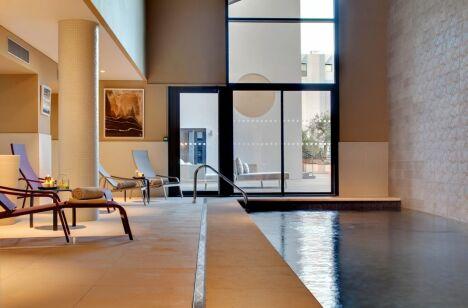 """Piscine intérieure du Spa Renaissance à Aix en Provence<span class=""""normal italic petit"""">DR</span>"""