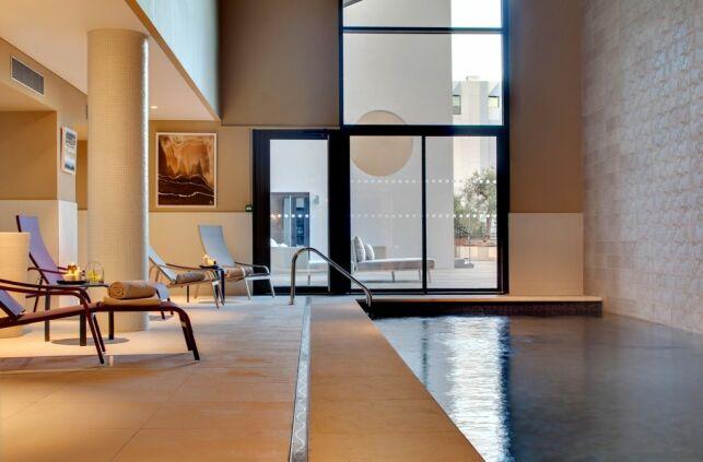Piscine intérieure du Spa Renaissance à Aix en Provence