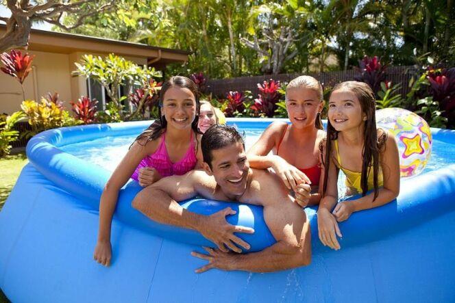 """Le modèle de piscine Intex EasySet est adapté à toute la famille.<span class=""""normal italic petit"""">© Intex</span>"""