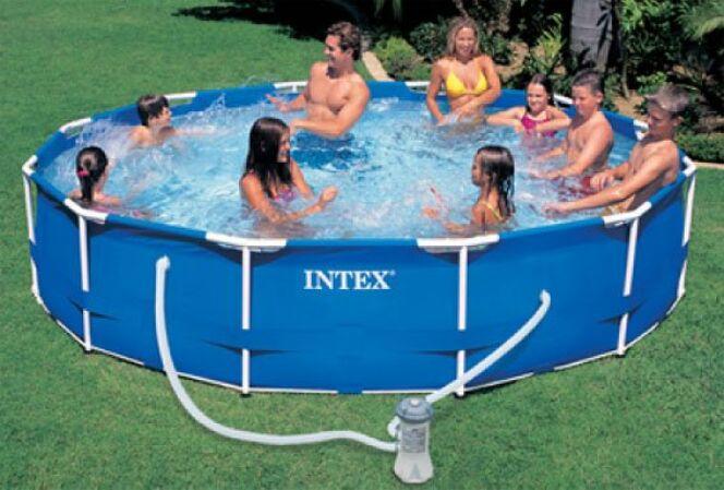 """La piscine intex frame représente un compromis intéressant entre piscine autoportante et tubulaire.<span class=""""normal italic petit"""">© intex</span>"""