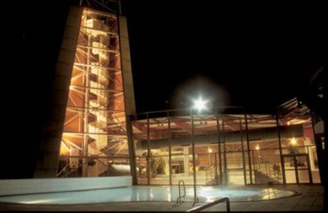 La piscine Cap'Orne à l'Aigle, illuminée de nuit