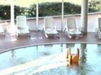 Les transats et la pataugeoire de la piscine Le Dôme à Laon
