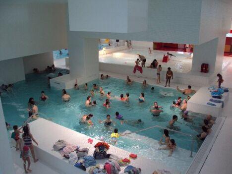 """Les différents bassin de la piscine des Docks accueille petits en grands.<span class=""""normal italic petit"""">DR</span>"""